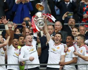 A játékosok az FA-kupa gyõzelemrõl