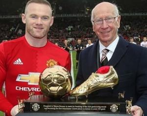 Rooney trófeát kapott Sir Bobby-tól