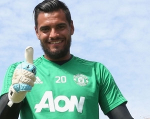 Romero hosszabbított
