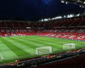 Óriás transzparensek 40000 szurkoló képével az Old Traffordon