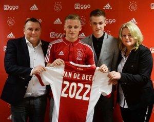 Csodálatosnak tartja fia Unitedbe igazolását Van de Beek apja