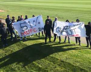 Szurkolói tüntetés Glazerék ellen Carringtonban